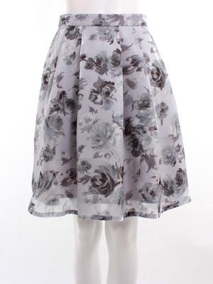 芸能人が春の光 近づいた夏で着用した衣装スカート
