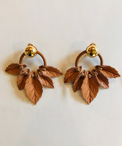 The Dallasのleather ring leaf earring