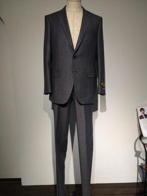 芸能人がスケープゴートで着用した衣装スーツ