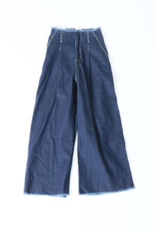 芸能人がモトカレマニアで着用した衣装デニムパンツ