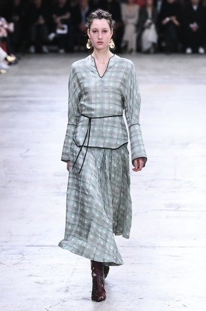 芸能人がTikTokで着用した衣装スカート