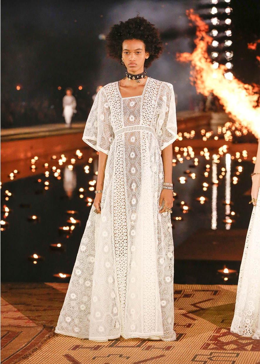 芸能人が表彰式 ネイルクイーンで着用した衣装ワンピース