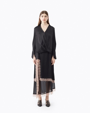 芸能人がネタパレで着用した衣装ブラウス/スカート
