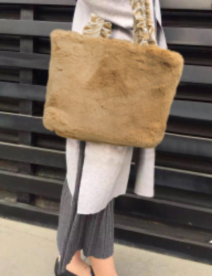 芸能人が父と息子の地下アイドルで着用した衣装バッグ