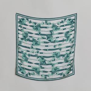 芸能人がアライブ がん専門医のカルテで着用した衣装スカーフ