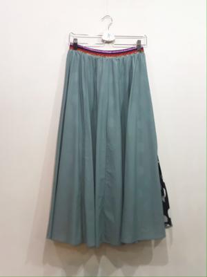 芸能人がバラいろダンディで着用した衣装スカート
