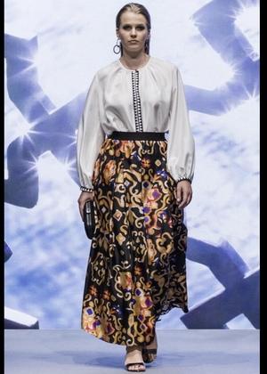 芸能人がFNN Live News αで着用した衣装ブラウス、スカート