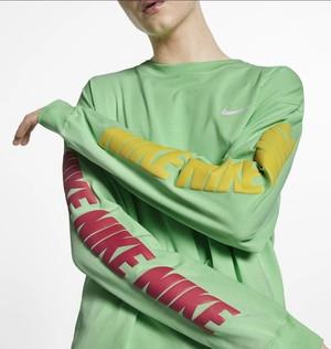 芸能人がInstagramで着用した衣装シャツ/ロンt