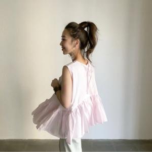 芸能人がダンススタジオ「REI」WEBCMで着用した衣装シャツ / ブラウス