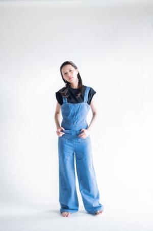 芸能人がダンススタジオ「REI」WEBCMで着用した衣装パンツ