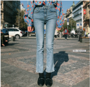 芸能人が恐怖新聞で着用した衣装デニムパンツ