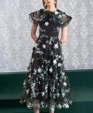 芸能人が舞台挨拶 星の子で着用した衣装ドレス