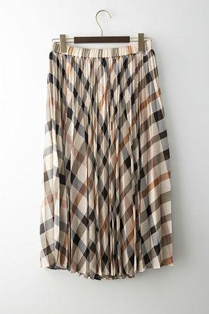 芸能人が38歳バツイチ独身女がマッチングアプリをやってみた結果日記で着用した衣装ロングスカート