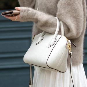 芸能人が35歳の少女で着用した衣装バッグ