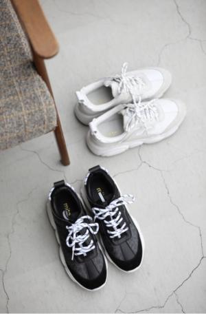 芸能人が痛快TVスカッとジャパンで着用した衣装スニーカー