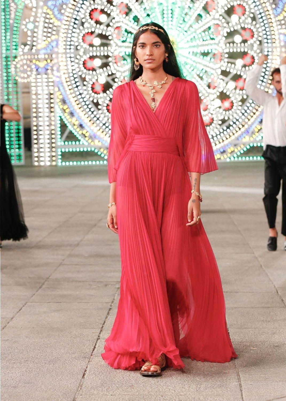芸能人が表彰式 日本ジュエリーベストドレッサー賞で着用した衣装ワンピース