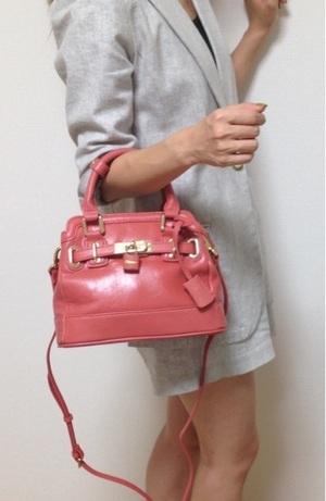 芸能人がエイジハラスメントで着用した衣装バッグ