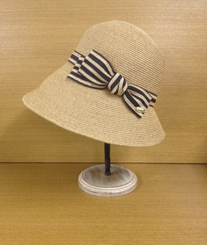 芸能人がエイジハラスメントで着用した衣装帽子